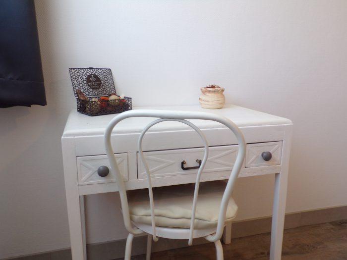 petite table dans la chambre adulte gite chez Marion à Dozulé