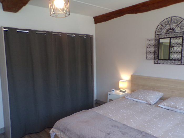 armoire dans la chambre adulte gite chez Marion à Dozulé