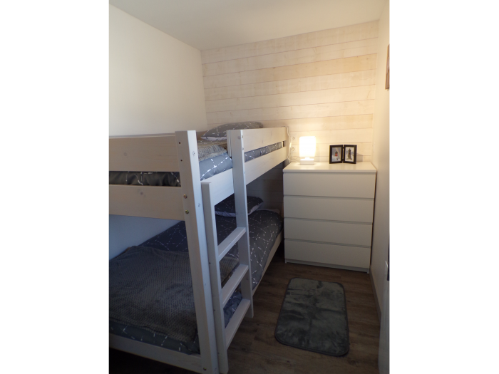 chambre enfants avec lit et commode